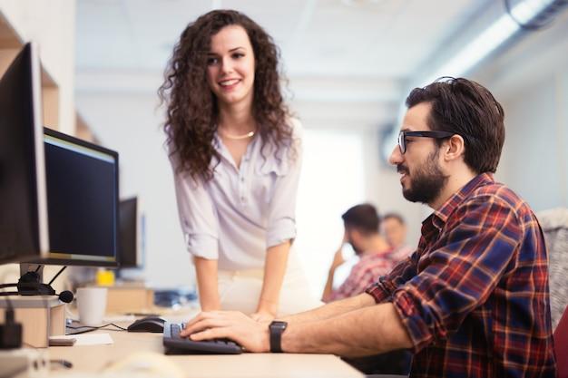 Collègues travaillant ensemble sur un projet au bureau de l'entreprise
