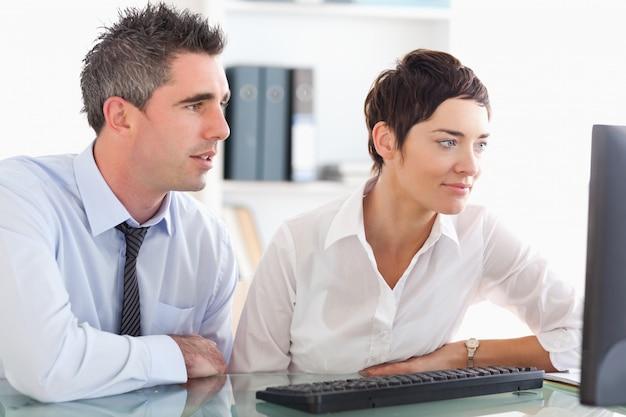 Collègues travaillant avec un ordinateur