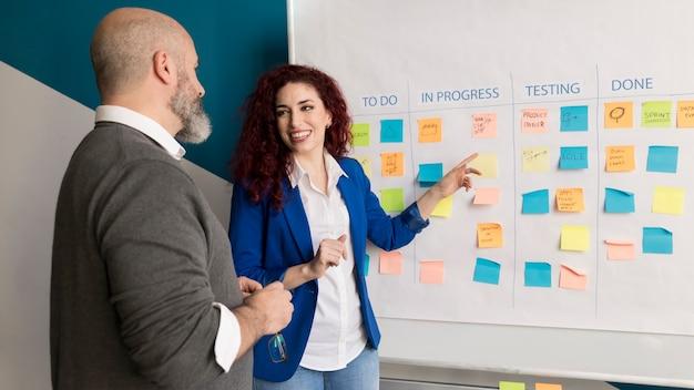 Collègues travaillant sur un projet d'entreprise