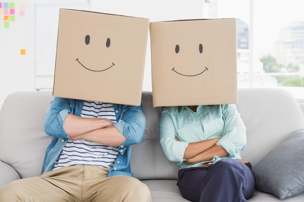 Collègues avec un visage souriant sur le canapé