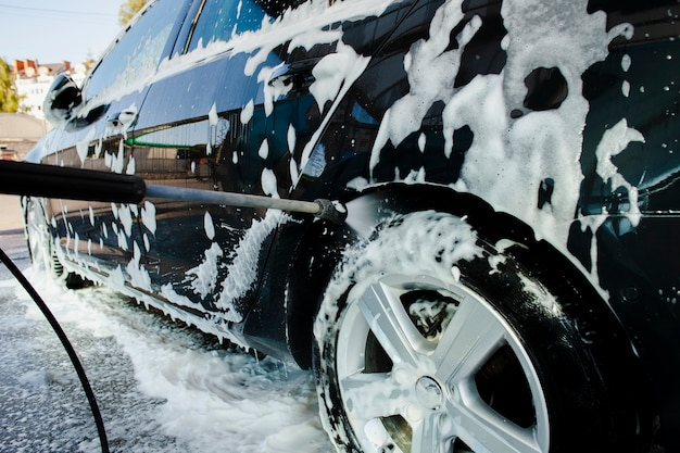 Collez de l'eau pulvérisée sur une roue de voiture