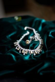Collier de bijoux jaune brillant sur velours vert foncé