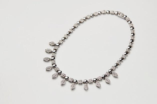 Collier élégant avec diamants isolés
