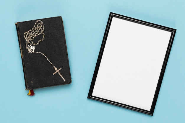 Collier et livre sacrés vue de dessus