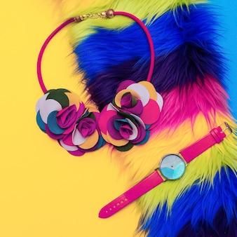 Collier et montre pour femme bright accessories. mélangez les couleurs. mode minimaliste