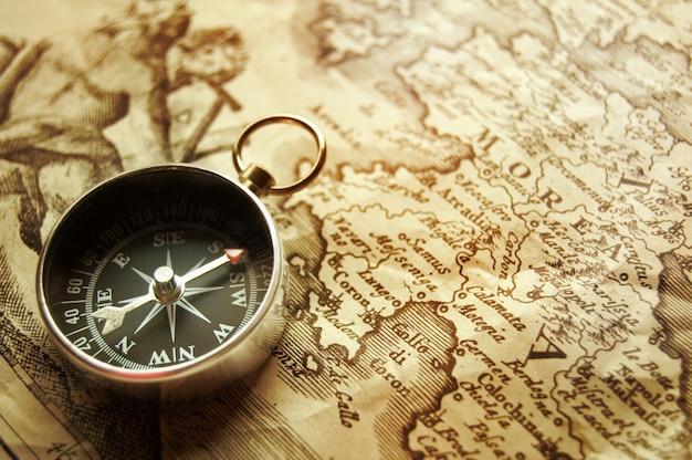Collier de montre vintage sur la carte du vieux monde