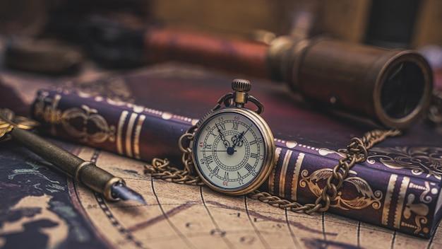 Collier de montre vintage avec livre de poche