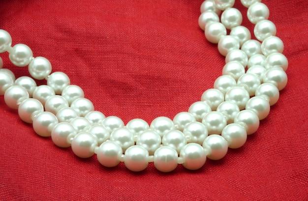 Collier de perles sur fond rouge