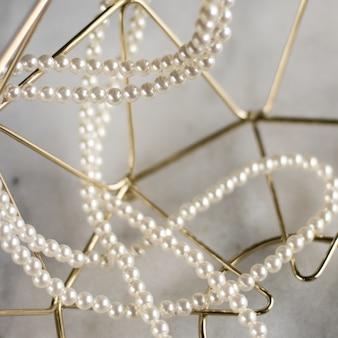 Collier de perles sur marbre doré bijoux éthiques bijoux de fond de luxe comme concept de cadeau les perles sont les meilleures amies des filles