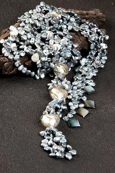 Collier de perles vintage sur fond noir