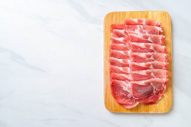 Collier de porc tranché cru