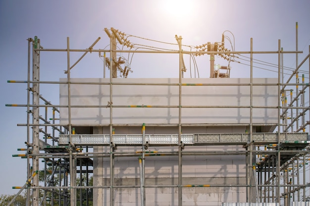 Collier de serrage d'échafaudage et pièces, partie de la résistance du bâtiment aux pinces d'échafaudage en gros plan utilisé sur le chantier de construction