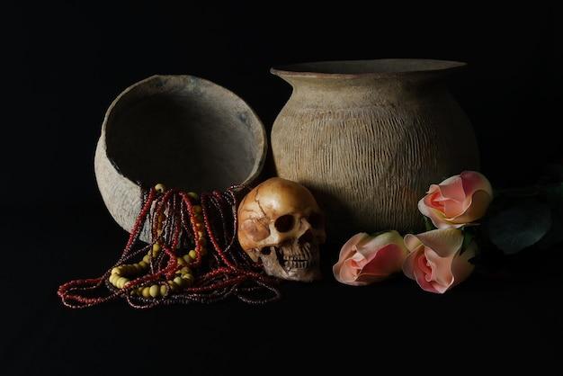 Colliers anciens et colliers de perles de verre avec le modèle de crâne sur backgroud noir