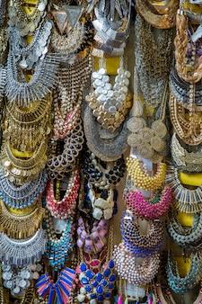 Colliers au marché en inde