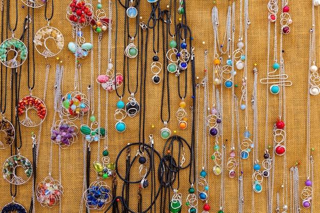 Colliers faits à la main colorés sur un marché touristique à maltebijoux traditionnels faits à la main