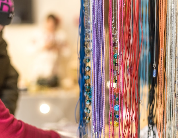 Colliers de perles colorées. artisanat à la mode pour les femmes. chaîne de perles de différentes couleurs.