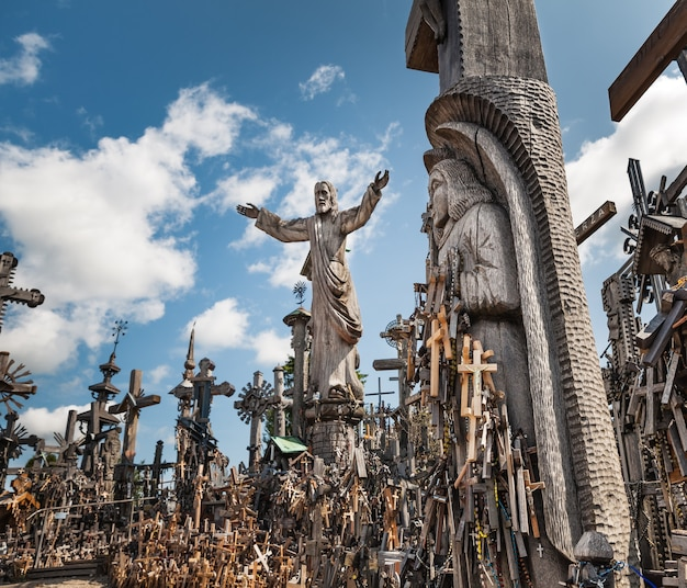 La colline des croix est un monument unique de l'histoire et de l'art populaire religieux à siauliai, en lituanie. texte sur les croix dans différentes langues - dieu, protège notre famille, donne la santé.