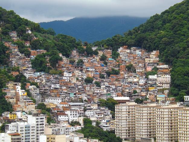 La colline de tabajara dans le quartier de copacabana à rio de janeiro, brésil.