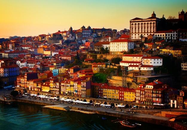 Colline avec la vieille ville de porto au coucher du soleil, portugal, aux tons rétro