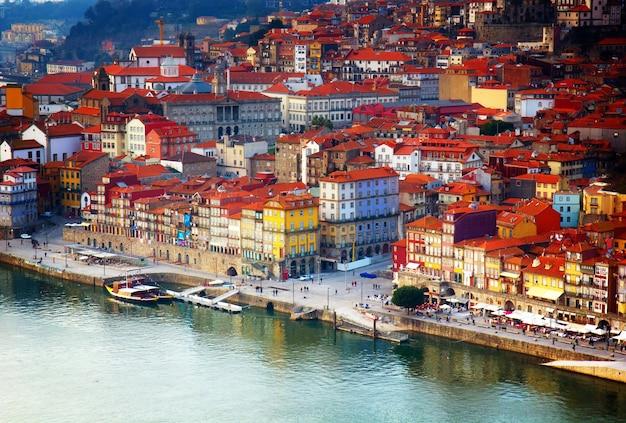 Colline avec la vieille ville de porto au coucher du soleil se bouchent, portugal, aux tons rétro