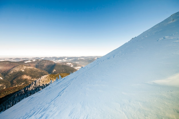 Collines couvertes de neige dans les montagnes