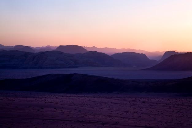 Collines dans le désert de wadi rum au coucher du soleil, jordanie
