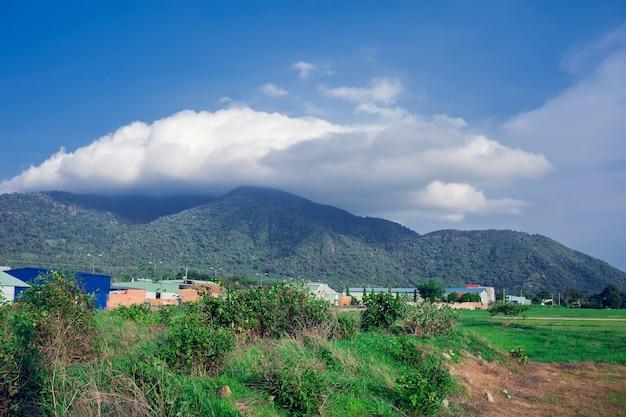 Collines de montagne qui brillent au soleil sur les montagnes avec un ciel bleu parfait merveilleux