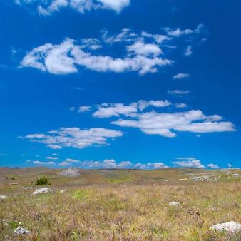 Collines avec paysage de nuages et ciel bleu