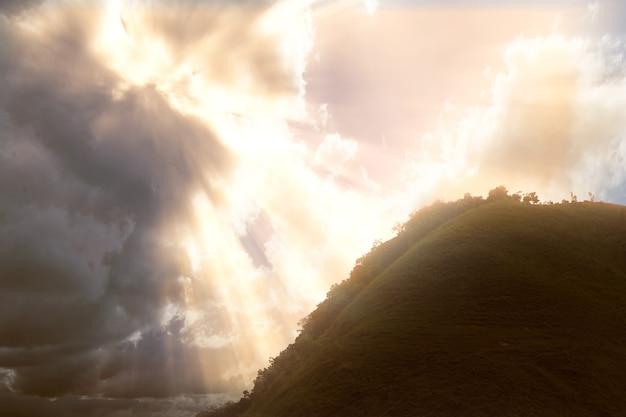Collines Vertes Avec Un Ciel Dramatique Photo Premium