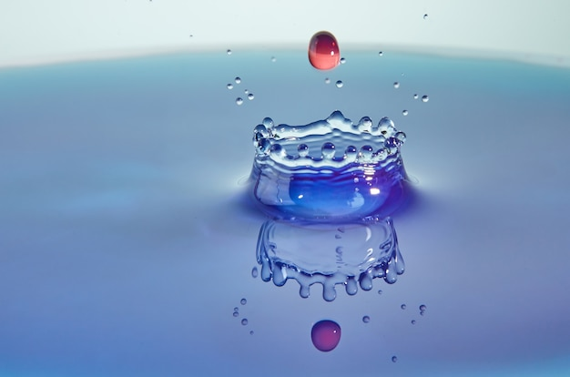 Collision d'éclaboussures d'eau de gouttes colorées et art conceptuel de création de couronne avec effet abstrait