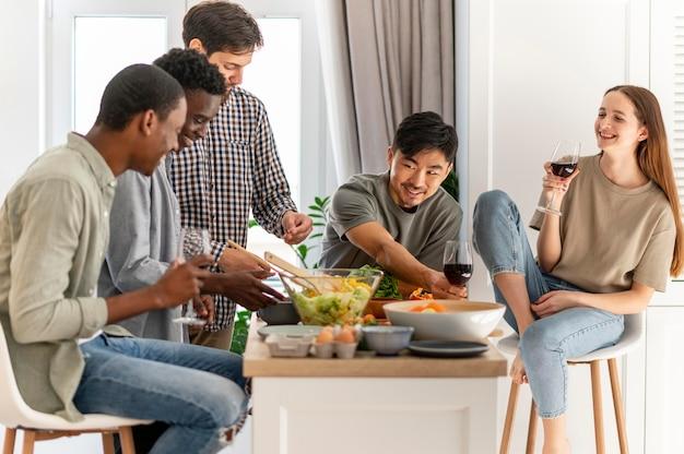 Colocataires coup moyen assis à table