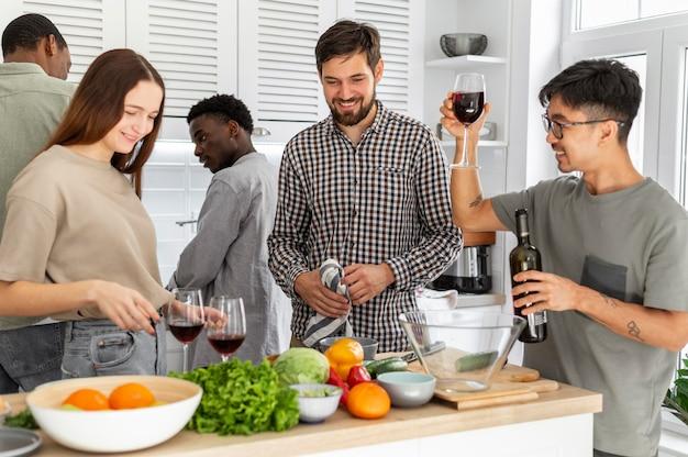 Colocataires à coup moyen avec du vin