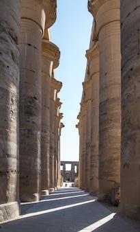Colonnade dans le temple de louxor