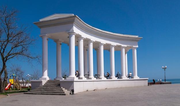 Colonnade dans la ville de tchernomorsk
