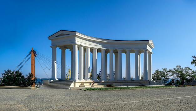 Colonnade restaurée à odessa, ukraine