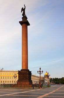 Colonne d'alexandre dans la place du palais