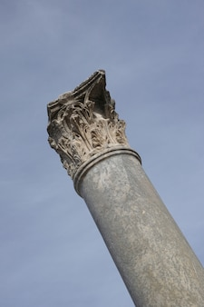 Colonne ancienne en pierre