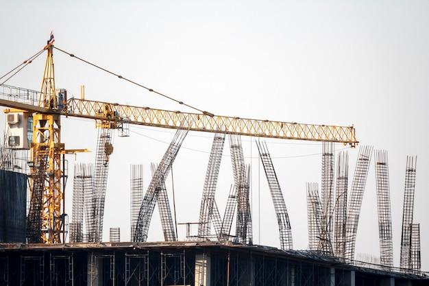 Colonne d'armature dans le chantier de construction