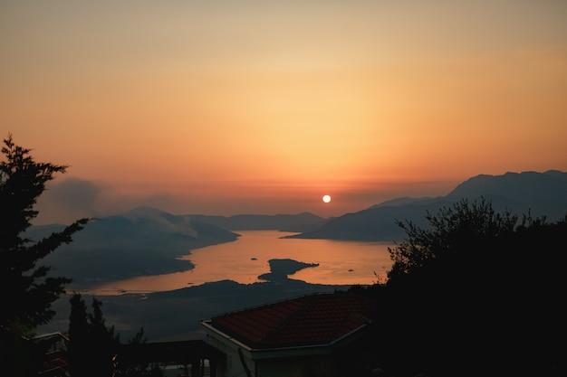 Une colonne de fumée sur la péninsule de lustica au monténégro fait rage au coucher du soleil