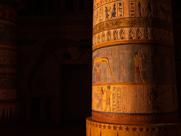Colonne avec gravures égyptiennes