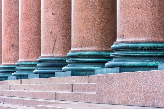 Colonne de marbre brun sur la façade du bâtiment.