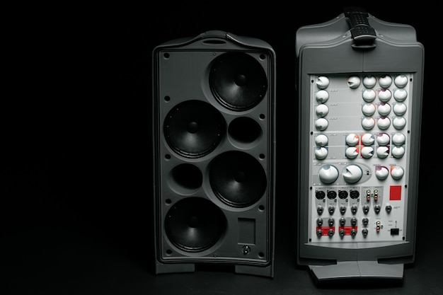 Colonne stéréo du système audio sur fond sombre