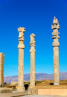 Colonnes antiques de la porte de toutes les nations - persépolis, iran