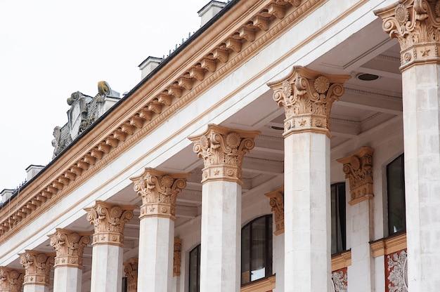 Colonnes architecturales sur une ancienne façade de bâtiment historique.