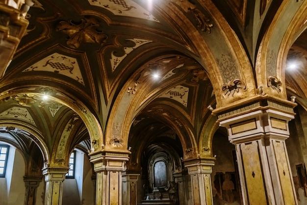 Colonnes de la crypte de la cathédrale basilique de san sabino à bari.