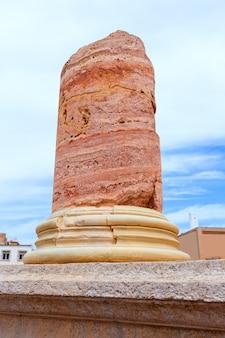 Colonnes dans l'amphithéâtre romain de carthagène, espagne