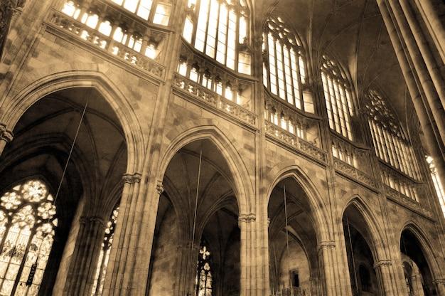 Colonnes dans une ancienne église