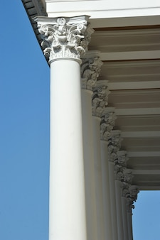 Colonnes sur la façade du théâtre alexandrinsky à saint-pétersbourg