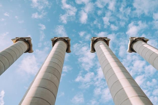 Colonnes grecques au fond du ciel.