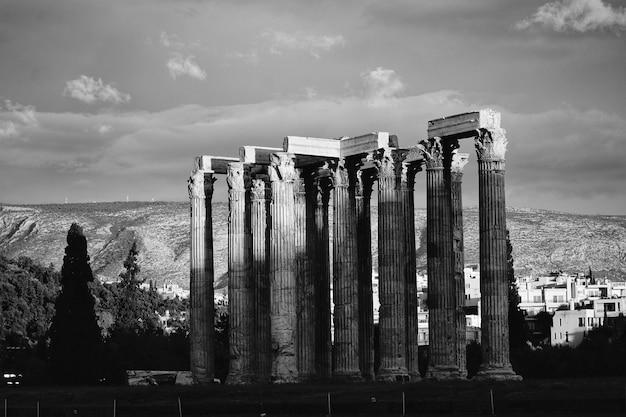 Des colonnes en noir et blanc